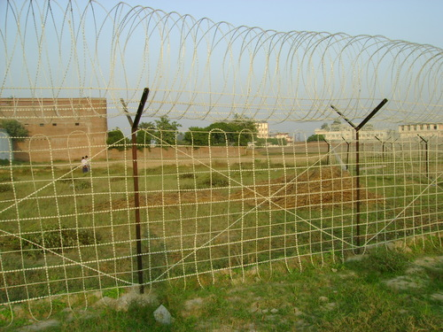 Boundary Tight Wire