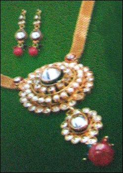 Ethnic Kundan Pendant Set