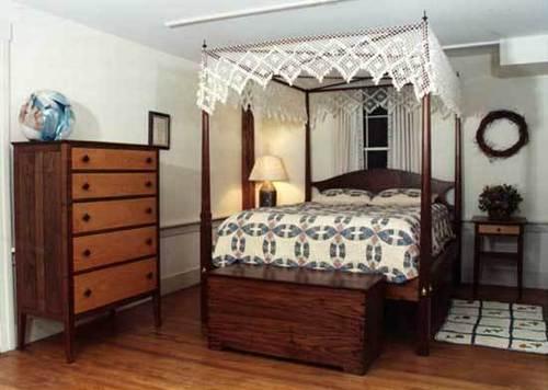 Pencil Post Bed (Walnut)