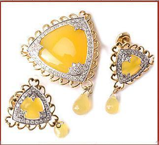 Yellow Triangular Shield Design Gold Pendant Set